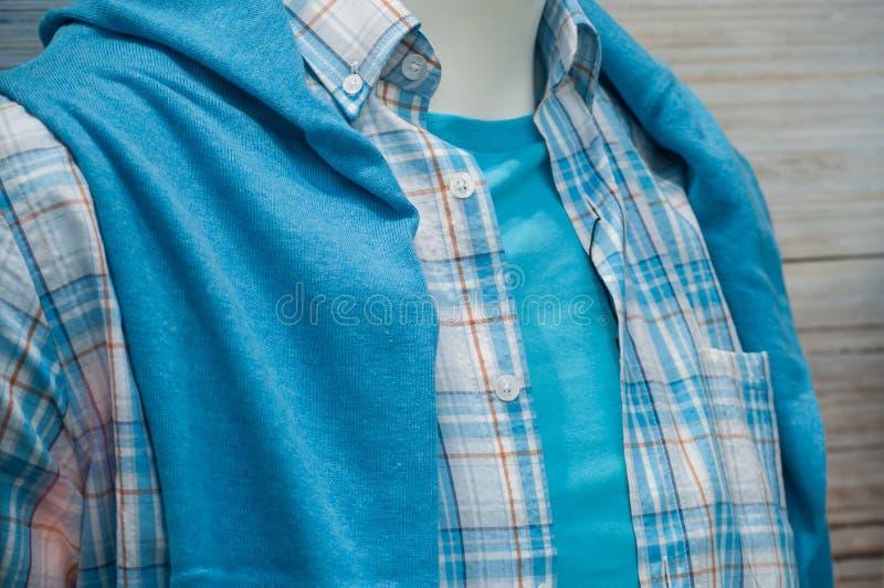 在时装模特的蓝色夏天衬衣在m的时尚商店 库存照片