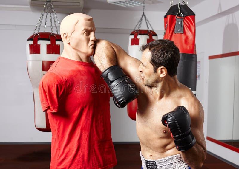 在时装模特击中的泰拳手肘 免版税库存图片