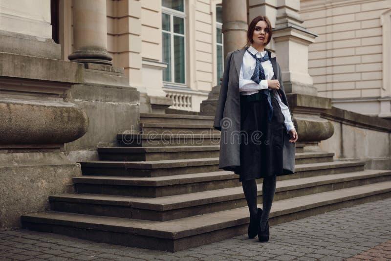 在时装的美好的时装模特儿在街道上 库存照片