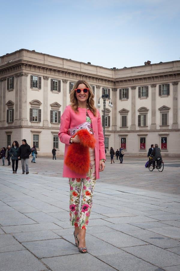 在时装表演大厦之外的人们为米兰妇女的时尚星期2014年 免版税图库摄影
