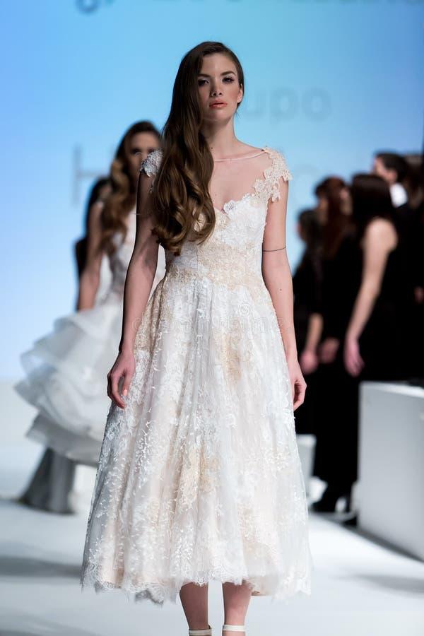 在时装表演第14个商展婚礼期间,模型走跑道 免版税库存照片
