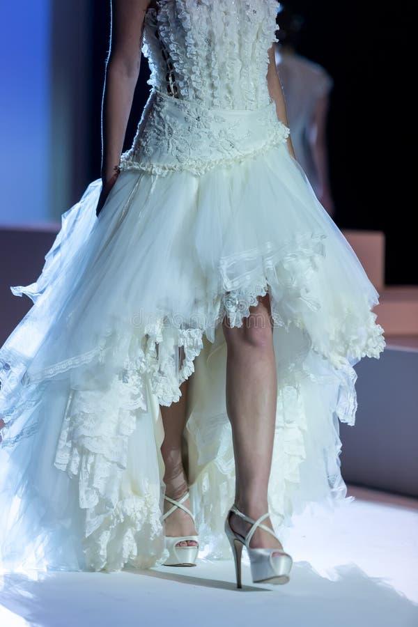 在时装表演第14个商展婚礼期间,模型走跑道 免版税库存图片