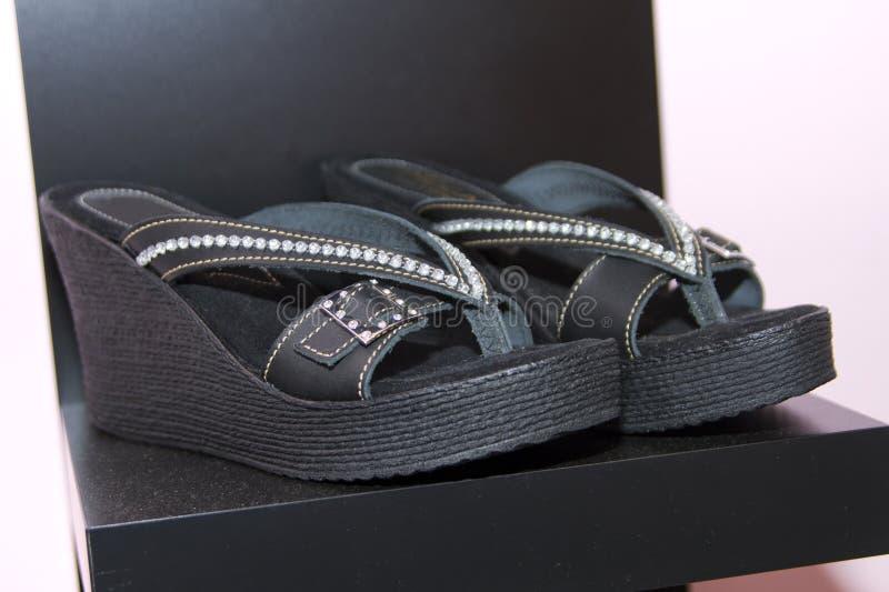 在时装配件精品店的时髦的凉鞋 免版税库存照片