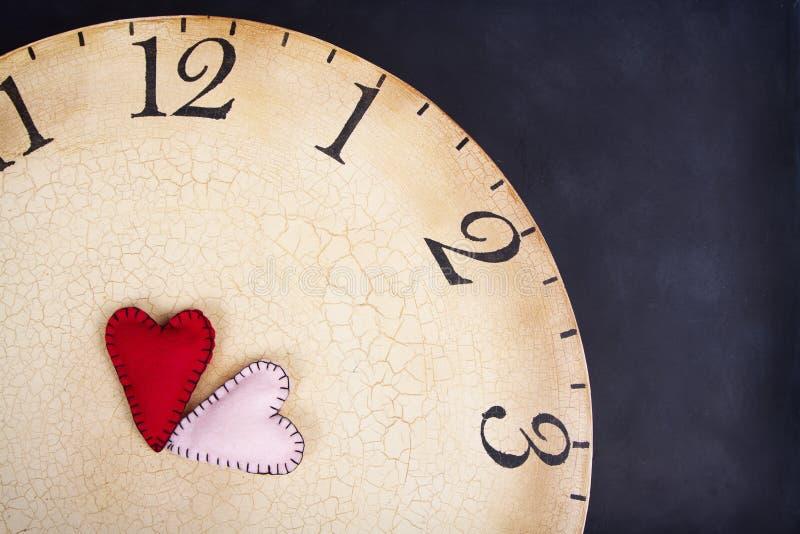在时钟的手工制造被缝的心脏图片