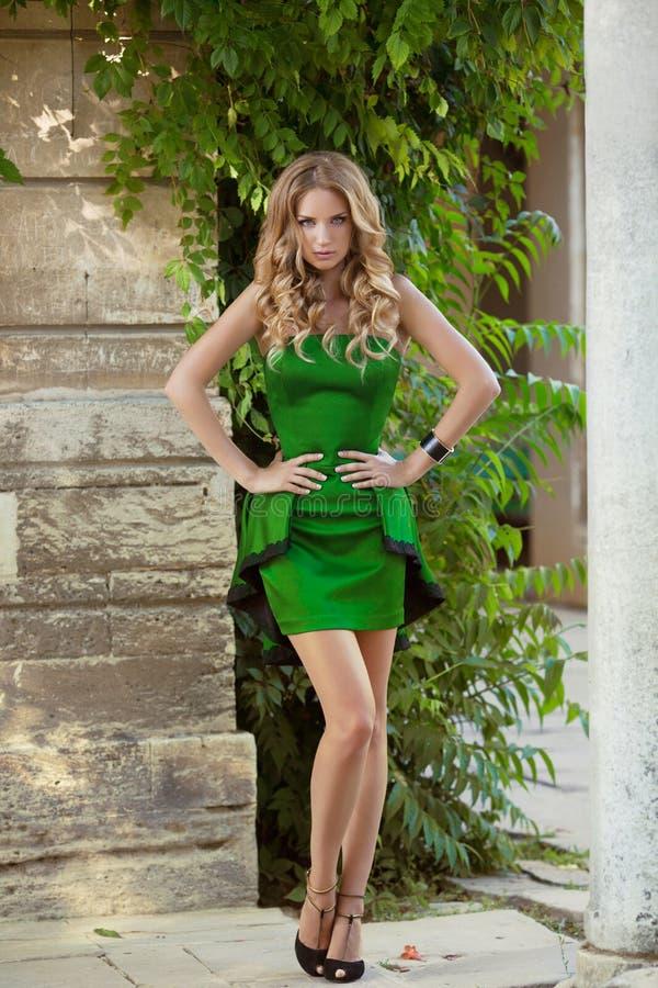 在时髦时尚礼服的年轻时兴的女孩模型 夏天sli 免版税图库摄影