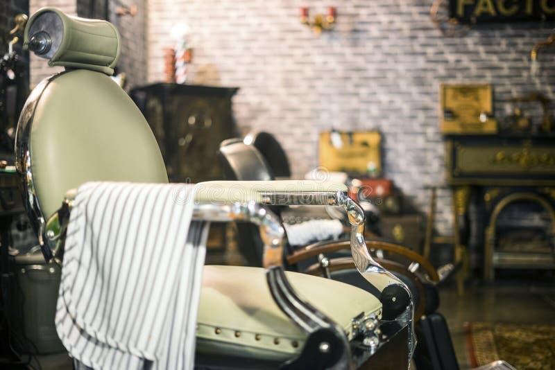在时髦的理发店的葡萄酒典雅的椅子 库存图片