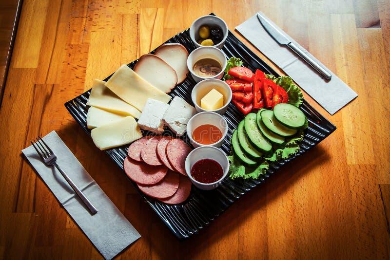 在时髦的黑盘的全国土耳其早餐在一张木桌上 库存照片