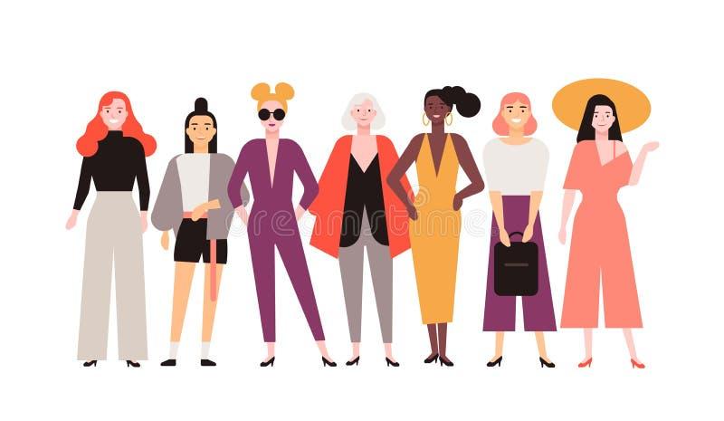 在时髦衣裳打扮的小组可爱的妇女隔绝在白色背景 一起站立微笑的女性的朋友 皇族释放例证
