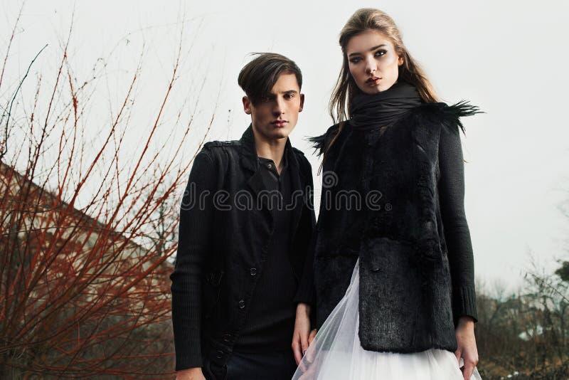在时兴的现代衣裳的美好的夫妇 免版税库存图片