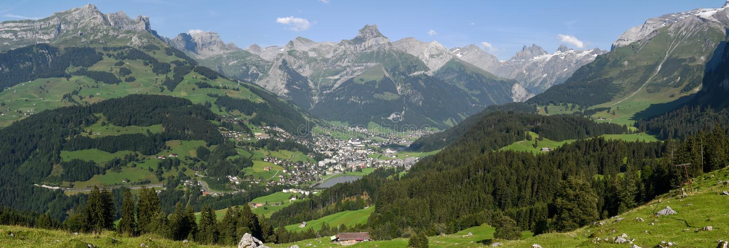 在昂热尔贝格村庄的看法瑞士的 库存照片