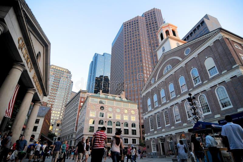 在昆西市场和法尼尔厅大厦上的看法在街市波士顿 免版税库存照片