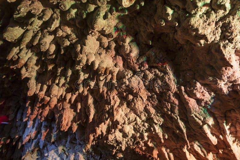 在明亮和五颜六色的洞的钟乳石 免版税库存照片