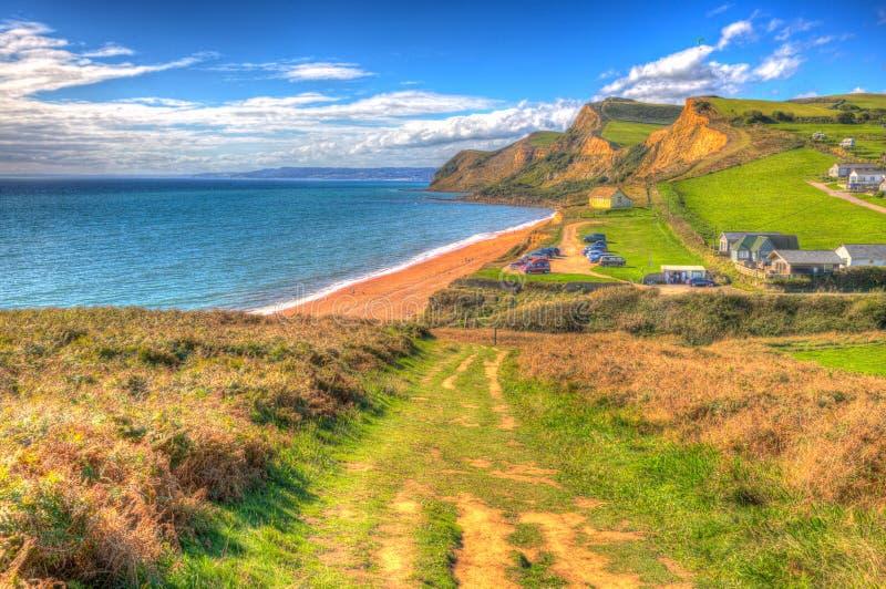 在明亮的五颜六色的HDR的南西海岸道路Eype多西特侏罗纪海岸在Bridport南部和在西湾英国英国hdr附近 免版税库存照片