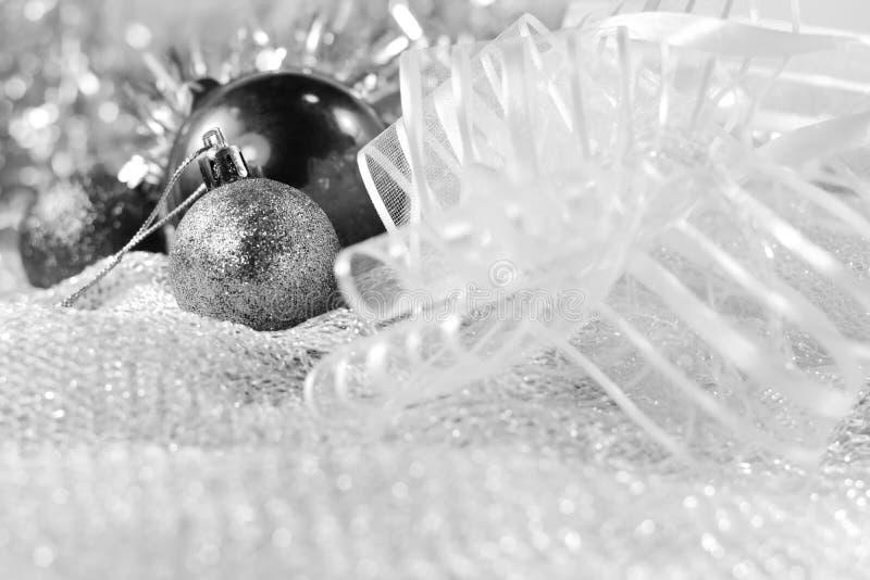 在明亮的假日背景的银色xmas装饰品与文本的空间 圣诞快乐!Happu新年 免版税库存图片
