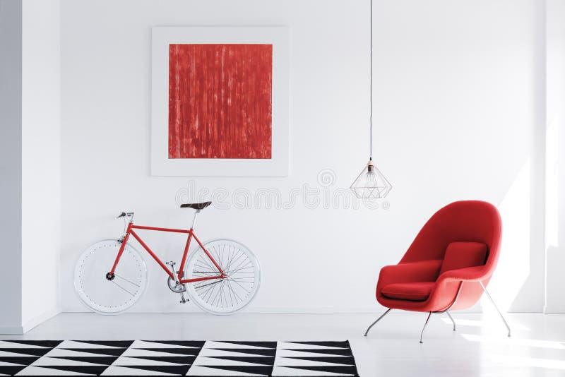 在明亮的内部的红色扶手椅子 免版税库存图片