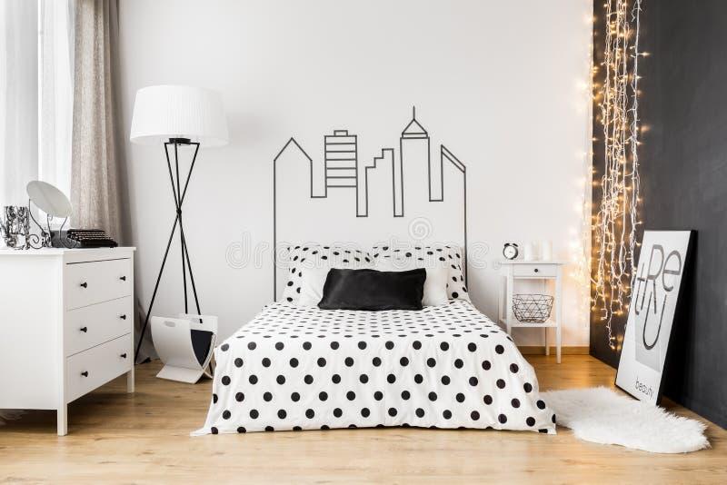 在明亮的卧室内部的黑墙壁 免版税库存图片