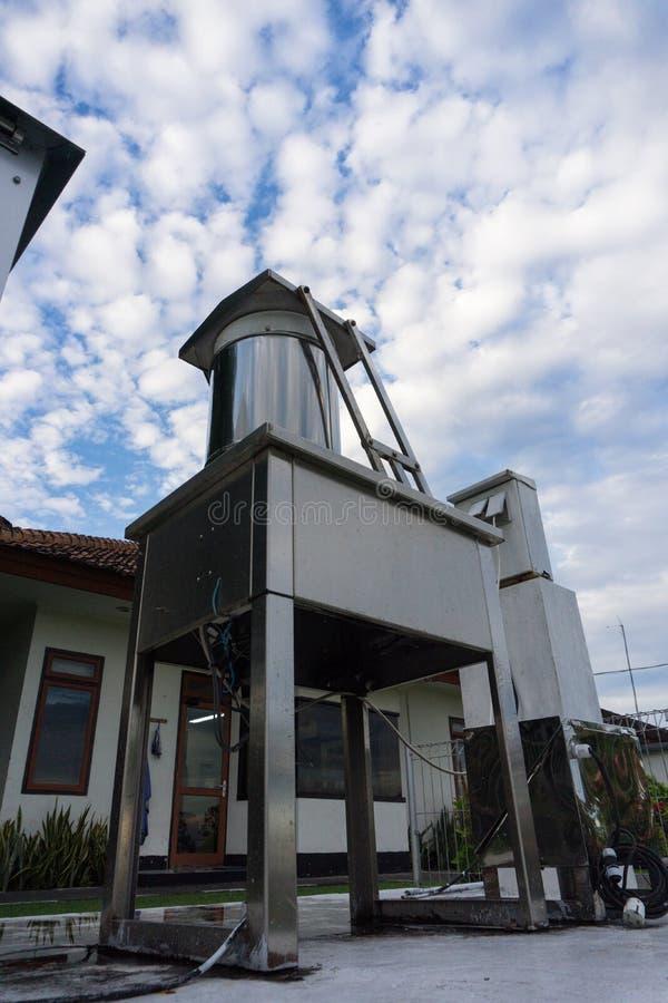 在明亮的天空蔚蓝和高积云下的气象学工具 免版税库存照片