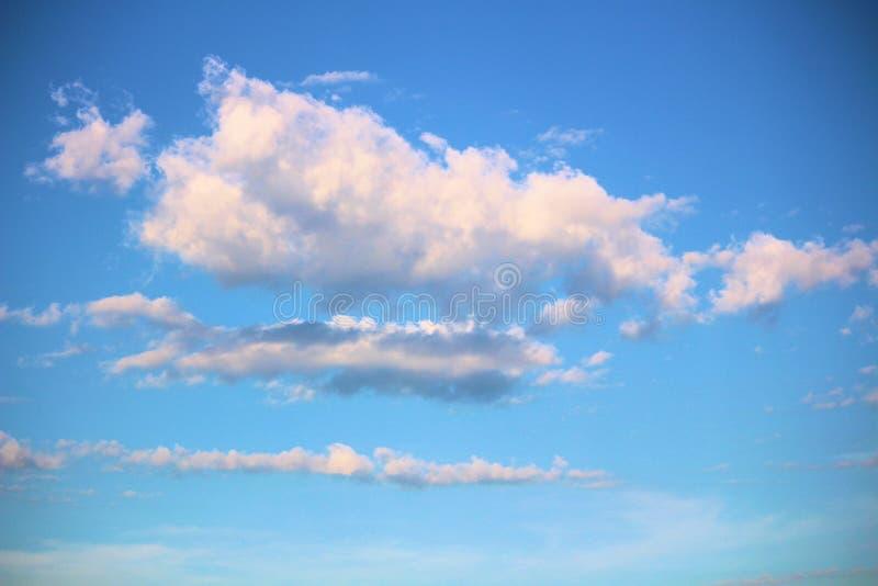 在明亮的天空蔚蓝的积云在一个夏日 免版税库存图片
