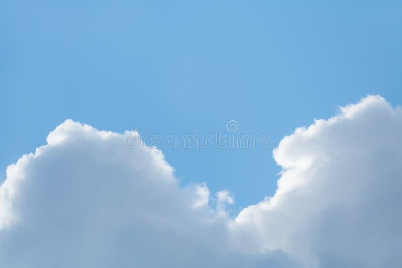 在明亮的天蓝色的天空的灰色云彩 免版税库存图片
