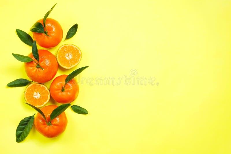 在明亮的对比背景的水多的橙色柑桔 库存图片
