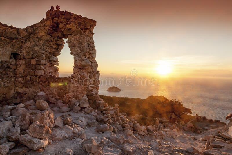 在明亮的日落的Monolithos城堡 Lindos 库存图片