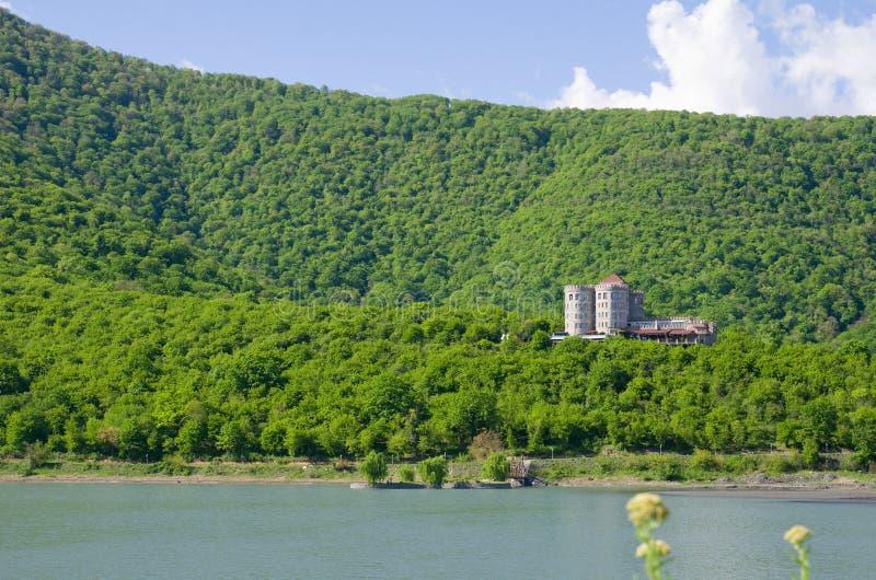在明亮的春天太阳,脚的湖下的卡赫季州嫩绿的小山  库存图片