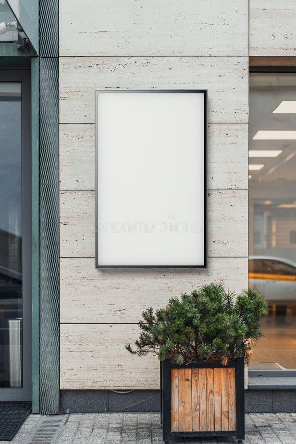 在明亮的现代大厦墙壁, 3d的空白的白色室外横幅翻译 免版税库存照片