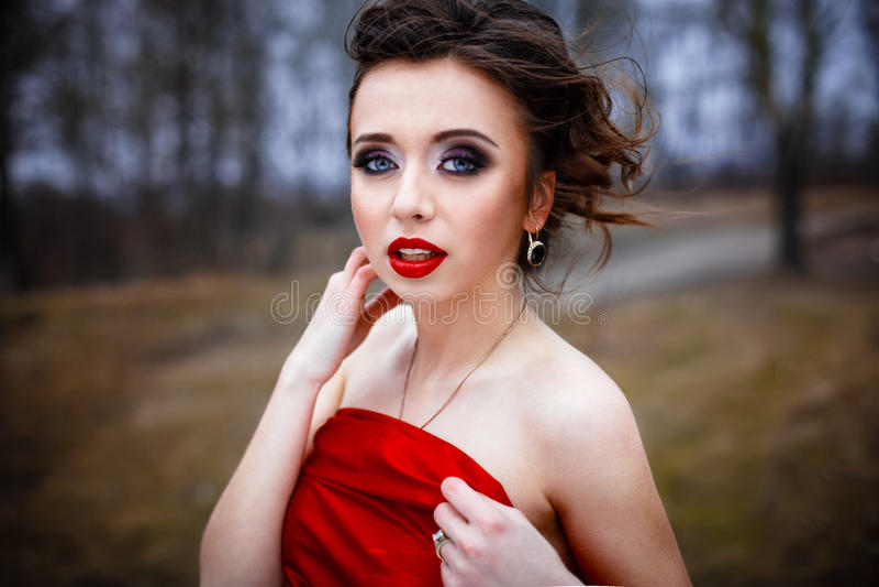 Download 在明亮的红色丝绸折叠的女性 库存照片. 图片 包括有 生活方式, 可爱, beauvoir, 自由, 典雅 - 62535828