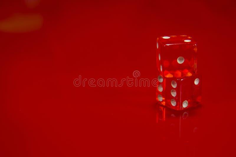 在明亮的红色光滑的背景的两个红色模子 库存照片