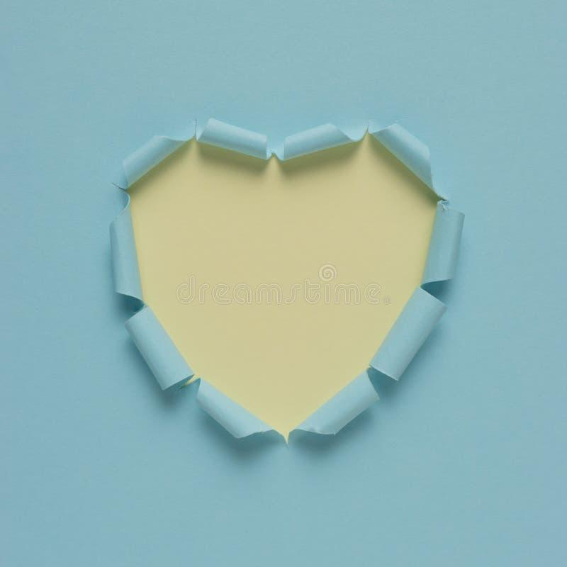 在明亮的背景的生动的被撕毁的纸心脏 最小的爱或象概念 免版税图库摄影