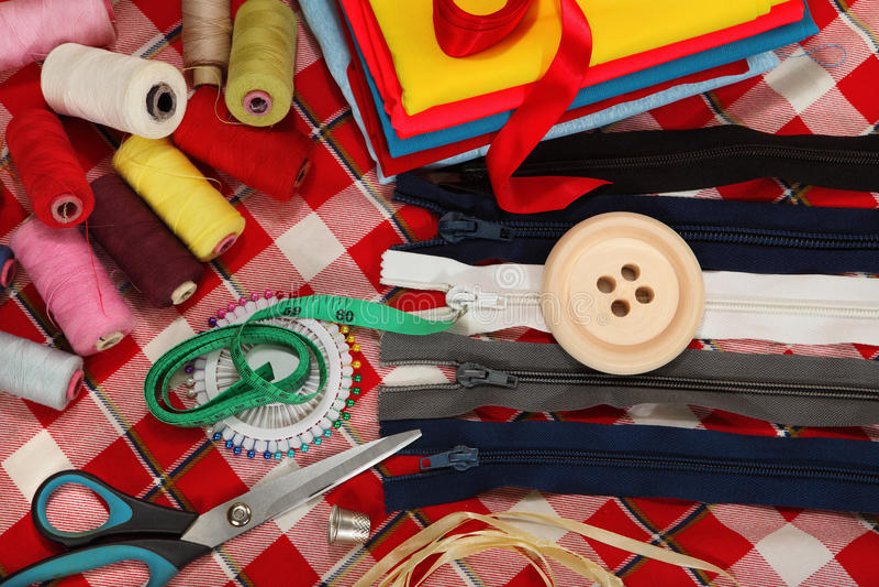 在明亮的背景的裁缝的工具