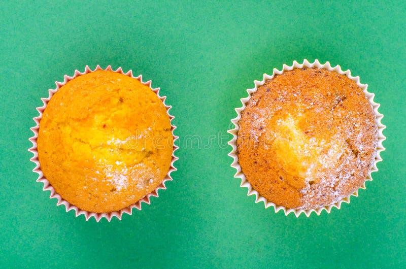 在明亮的背景的鲜美新鲜的杯形蛋糕 免版税图库摄影