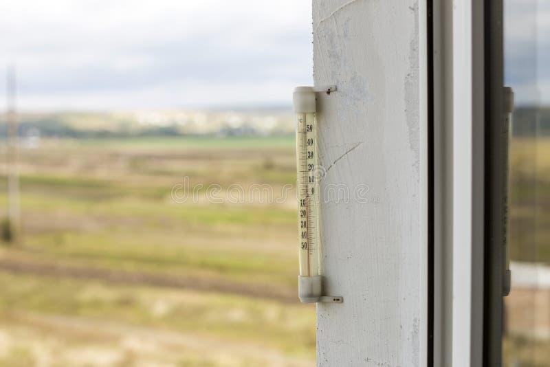 在明亮的被弄脏的ligh的酒精玻璃温度计摄氏外部 库存图片
