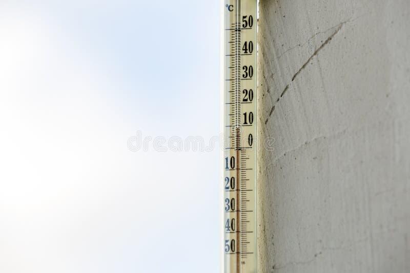 在明亮的被弄脏的ligh的酒精玻璃温度计摄氏外部 免版税库存图片