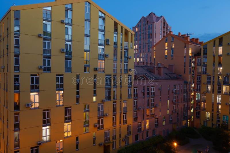 在明亮的颜色房屋涂料美丽的现代 夜射击 美丽的天空蔚蓝和云彩 库存照片