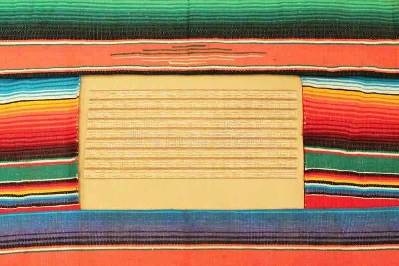 在明亮的颜色的墨西哥节日雨披地毯 库存照片