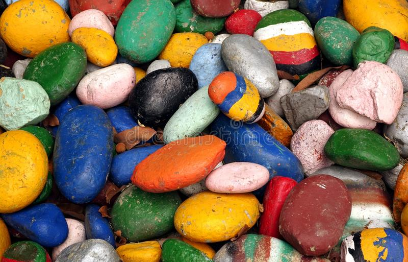在明亮的颜色绘的大小卵石 库存图片