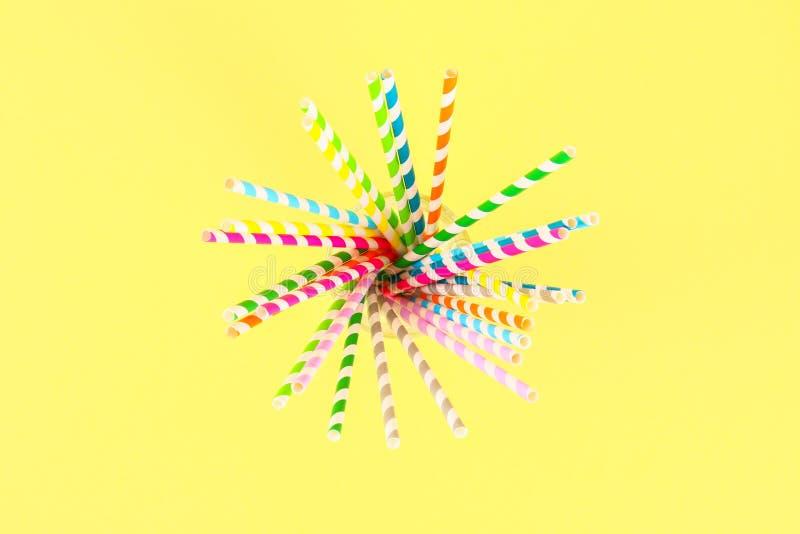 在明亮的黄色淡色背景的多彩多姿的草纸管 顶视图,拷贝空间 库存照片