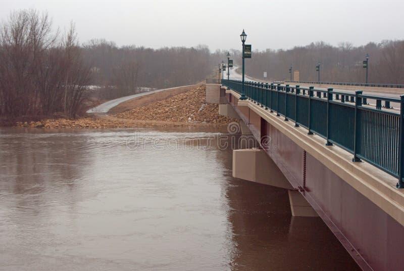 在明尼苏达河的一座桥梁在洪水阶段 免版税库存图片