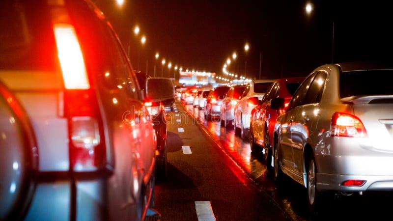 在明确方式和汽车刹车灯的被弄脏的堵车在曼谷,夜和拷贝空间的泰国 库存照片