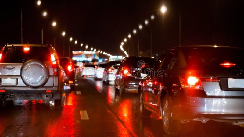 在明确方式和汽车刹车灯的被弄脏的堵车在曼谷,夜和拷贝空间的泰国 免版税库存图片
