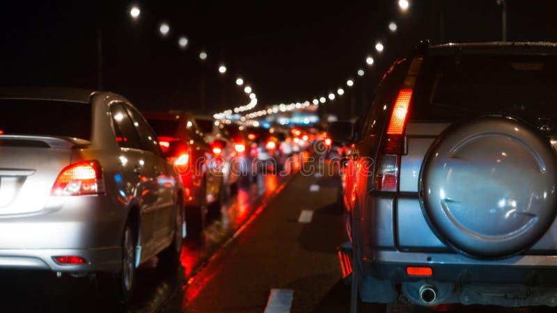在明确方式和汽车刹车灯的被弄脏的堵车在曼谷,夜和拷贝空间的泰国 免版税库存照片