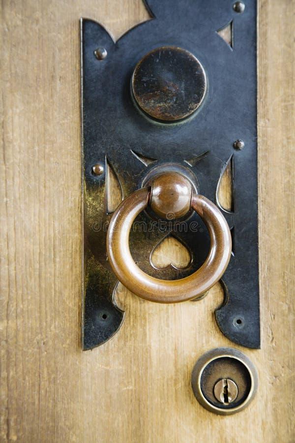 在明治神宫的黄铜门把手 库存照片