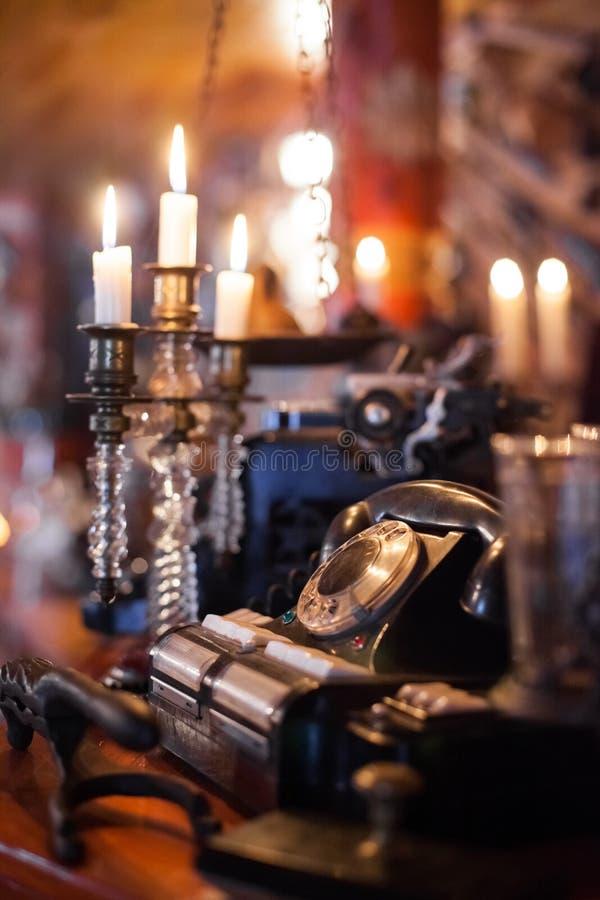 在昏暗的光的古色古香的电话 免版税库存照片