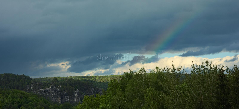在易北河砂岩山上的彩虹 免版税图库摄影