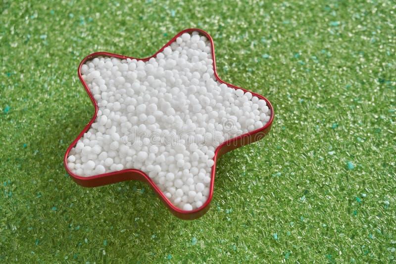在星形状的尿素肥料在绿色镁肥料 库存照片