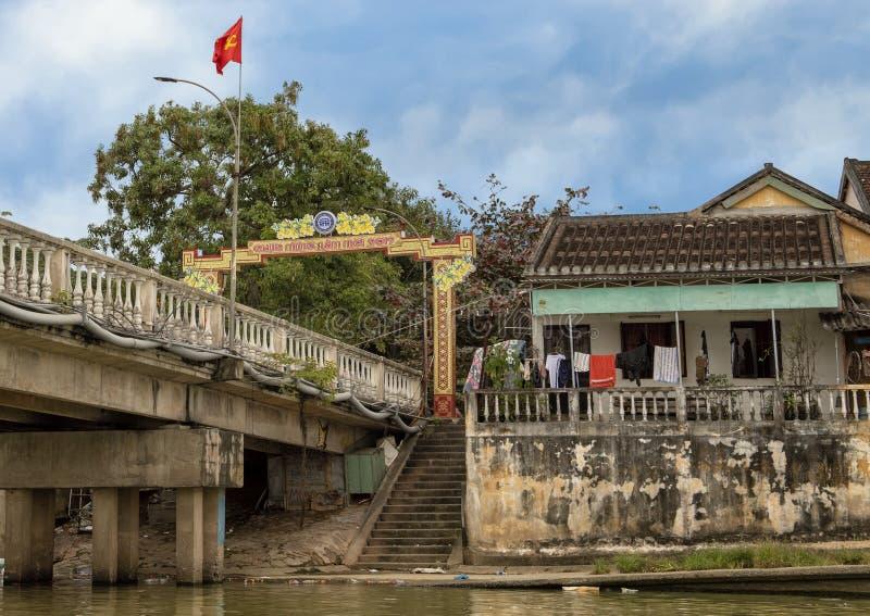 在星期四好的妙语河的庆祝泰特2019年,会安市,越南的桥梁有越南旗子的和装饰 免版税库存图片