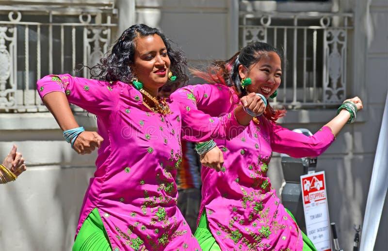 在星期天街道里脊肉事件期间的微笑的女性小组跳舞在旧金山,美国, 免版税库存图片