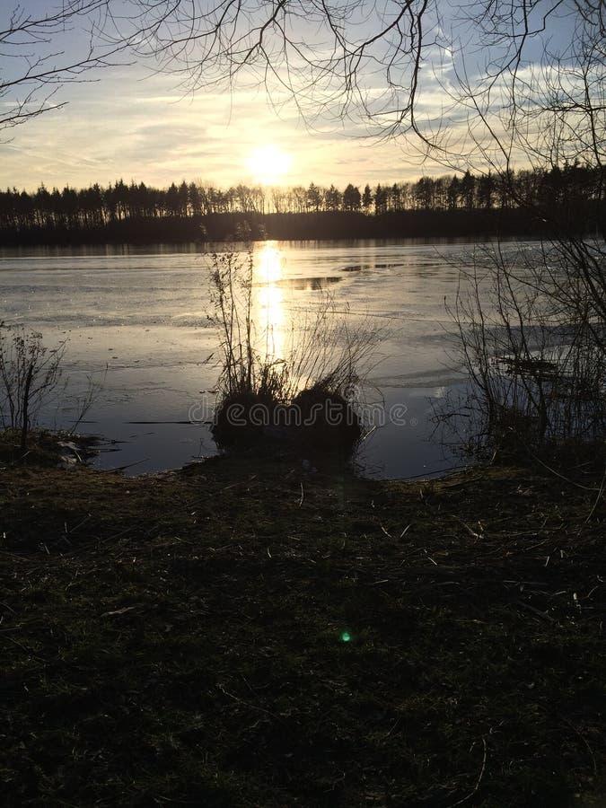 在星期日的湖 免版税库存图片