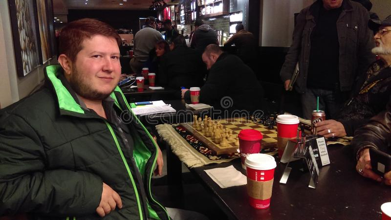 在星巴克的下棋比赛在布赖顿海滩 库存照片